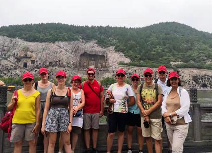 voyageurs devant la grotte de Longmen
