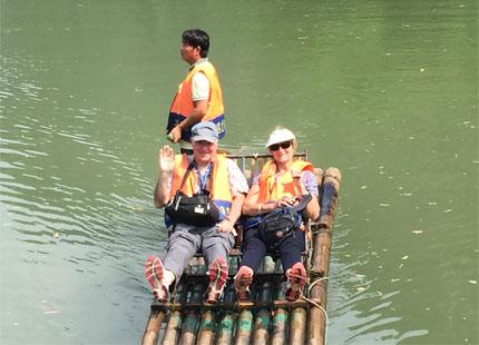 voyageur sur le radeau de la rivière Yulong