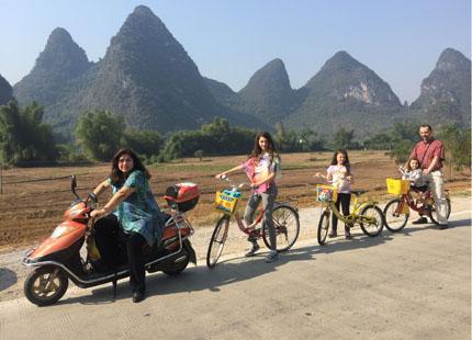 Voyageurs dans la balade à Yangshuo
