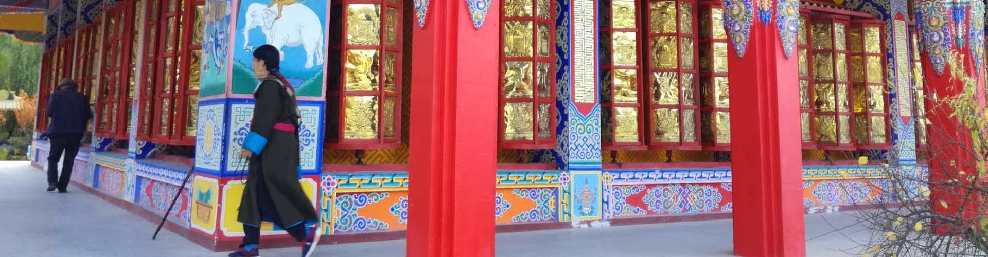prier dans le monastère au Gansu