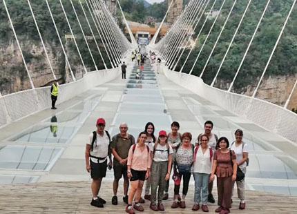 voyageurs sur le pont en verre