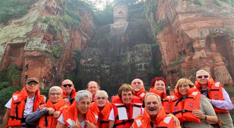 voyageurs au pied du boudhha géant de Leshan