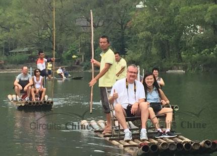 voyageurs sur la croisière de rivière Yulong