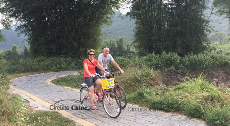 padaler dans la campagne à Yangshuo