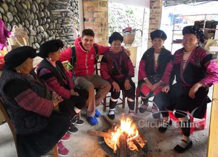 voyageur avec les ethnies des Yao à Longji
