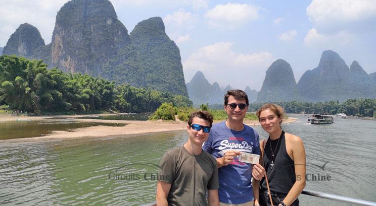 voyageurs pendant la croisière sur la rivière Li