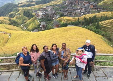 voyageurs dans les rizières en terrasse