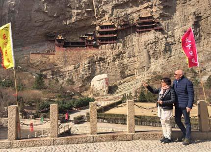 voyageurs devant le temple suspendu