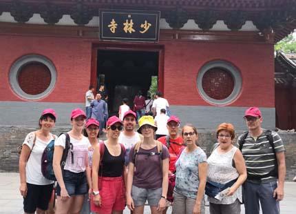 voyageurs devant le temple de Shaolin