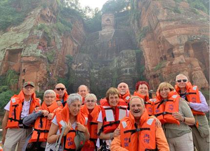 voyageurs devant le bouddha géant