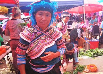 ethnie locale dans les rizières en terrasse de Yuanyang