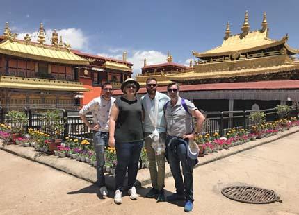 voyageurs dans le le monastère de Jokhang