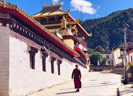 la préfecture autonome des tibétains et des Qiang Aba (Ngawa) est situé au nord-ouest de la province du Sichuan,elle voisine avec la province du Qinghai et du Gansu dans le nord.