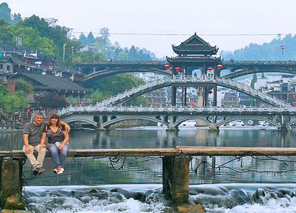 voyageurs dans la vieille ville de Fenghuang